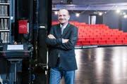 Er bringt das Theater in Schwung: Othmar Käslin im Luzerner Theater, dessen neue Bestuhlung er konzipiert hat. (Bild: Martin Uebelhart / Neue NZ)