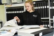 Jeanne Rosset blättert auf unserer Redaktion in einem Band mit älteren Zeitungen. (Bild: Carina Odermatt (Stans, 27. Dezember 2017))