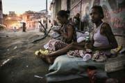 Paloma (rechts) und Vanessa, zwei Obdachlose, sitzen im Hafenviertel. (Bild: Getty)