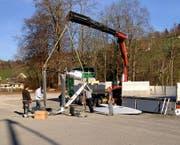 Die Turbinenblätter werden mit einem Kran geborgen. (Bild: Geri Holdener)