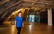 Maya Murer, Gastgeberin im Herrenhaus, führt durch den imposanten Dachstock des Gebäudes. (Bild Corinne Glanzmann)