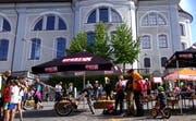 Reges Treiben auf dem Schwyzer Hauptplatz. (Bild: Screenshot Youtube)