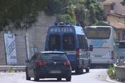 Zur Entschärfung der Flüchtlingssituation in der ligurischen Kleinstadt bringen die Behörden die Flüchtlinge mit Bussen in den Süden des Landes und nach Sardinien. (Bild: Fabrizio Tenerelli / EPA)