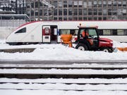 Kein Weiterkommen mehr: Wegen des Winterwetters blieb in der Waadt ein Zug zwischen Aigle und Bex stecken. Die Passagiere mussten evakuiert werden. (Symbolbild) (Bild: KEYSTONE/ENNIO LEANZA)