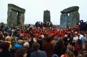 In Wiltshire in England feierten am Freitag rund 5000 Menschen die Wintersonnenwende beim Monument Stonehenge. Die Feierlichkeiten starten jeweils mit dem ersten Sonnenstrahl am Morgen nach der Wintersonnenwende. (Bild: Neil Hall / Keystone (Wiltshire, 22. Dezember 2017))