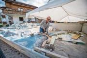 Otti Käslin mitten auf seiner speziellen Baustelle. Schicht für Schicht nimmt das Relief Gestalt an. (Bild: Roger Grütter (Beckenried, 13. September 2017))