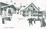 Skifahrer vor dem Hotel Drei Könige und Post sowie dem Gasthaus Sternen in Andermatt. Mit den Ski wurde damals vor allem gelaufen und ein einzelner Stock benutzt. (Bild: Privatarchiv Karl Iten, Staatsarchiv Uri)