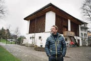 Gemeinderat Lukas Arnold vor dem Chäslager. (Bild: Corinne Glanzmann (Stans, 29. November 2017))