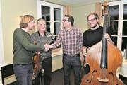 Der Obwaldner Kulturbeauftragte Marius Risi (Zweiter von rechts) gratuliert den Musikern Andreas Gabriel, Roland von Flüe und Severin Barmettler (von links) zu den Kunst-Werkbeiträgen. (Bild: Romano Cuonz (Sachseln, 29. November 2017))