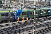 Der mittlerweile leere Zug – die Passagiere konnten ihn verlassen – blockert die Geleise 10 bis 13 des Berner Bahnhofs. (Bild: Keystone/Lukas Lehmann)