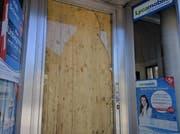 Die Ganoven hatten die Glastüre eingeschlagen. Behelfsmässig wurde am Sonntagmorgen eine Holztüre eingebaut. (Bild: Geri Holdener, Bote der Urschweiz)