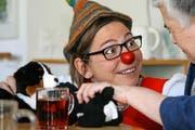 Scholanda (Jolanda Durrer) im spielerischen Gespräch im Alterszentrum in Alpnach. (Bild Marion Wannemacher)