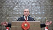Er geniesst dank dem Ausnahmezustand schon fast uneingeschränkte Vollmachten: der türkische Präsident Recep Tayyip Erdogan, hier bei einem Auftritt in Ankara. (Bild: Yasin Bullbul/AP (Ankara, 11. Januar 2018))