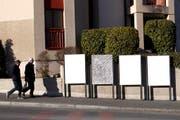 Des personnes passent vers des panneaux de la Societe Generale d'Affichage APG SGA vierges de publicites, ce mardi 3 janvier 2017 a Geneve. (KEYSTONE/Salvatore Di Nolfi) (Bild: SALVATORE DI NOLFI (KEYSTONE))