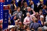 Delegierte skanideren während dem Parteitag der Rebublikaner in der Quicken Loans Arena in Cleveland Parolen. (Bild: Keystone / Shawn Thew)