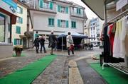 Zwei Strassen, zwei Feste: In der Lindenstrasse Luzern (erstes Bild) wurde dieses Wochenende geschlemmt, an der Eisengasse in Brunnen (zweites Bild) dem Regen mit einem Sommerfest getrotzt. (Bild: Jakob Ineichen / Neue LZ)