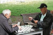 Zeit fürs Kartenspiel im Freien. (Archivbild)