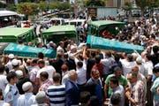 Die Verwandten von vier Opfern der Anschläge am Istanbuler Flughafen vom Dienstag tragen die Särge mit den Opfern bei der Beerdigung am Donnerstag. (Bild: EPA/SEDAT SUNA)