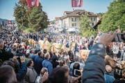 Feierlich empfangen: 12 000 Zuschauer schauten dem Einzug der sieben Entlebucher Älplerfamilien und ihres Viehs zu. (Bild: Roger Gruetter (Schüpfheim, 23. September 2017))