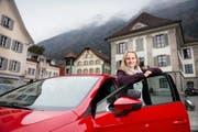 Autofan Vanessa Küttel hat ihre Leidenschaft zum Beruf gemacht. Seit Januar kurvt die 26-Jährige als Fahrlehrerin durch Uris Strassen – als einzige im Kanton. (Bild Corinne Glanzmann)
