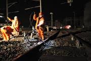 2 Uhr Morgens: Während die meisten Leute schlafen, arbeiten Spezialisten auf dem Zuger Bahnhof. Und dies zur Bekämpfung des Lärms. (Bild Charly Keiser)