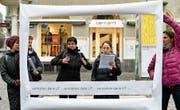 Der Schweizerische Gehörlosenbund machte mit einer Strassenaktion auf die Problematik aufmerksam. (Bild: Keystone (7. Februar 2018))