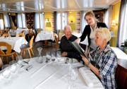 Noch bedient Marisa Knüsel ihre Gäste Edy und Andrea Iten. Die Zukunft des «Bären» ist unklar. (Bild Stefan Kaiser)