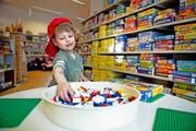 Nicht nur Legos für Nando: In der Ludothek in Stans gibt es ein grosses Spielangebot für jedes Alter. (Bild Corinne Glanzmann)
