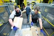 In der Nacht werden die Pakete aus dem solothurnischen Härkingen angeliefert. In der Distributionsbasis Baar kommen alle Pakete zusammen, die im Kanton Zug auszuliefern sind. (Bilder Stefan Kaiser)