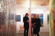 Charlie Lutz unterhält sich mit Vernissage-Gästen. (Bild: Marion Wannemacher (Stansstad, 4. November 2017))