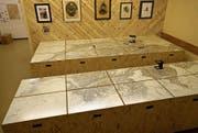 Der Eingang zum Museum ist durch einen Schuppen getarnt (oben). Darin findet sich zum Beispiel die Entstehungsgeschichte der ersten Schweizer Landkarte, verantwortet von Guillaume-Henri Dufour (unten, links). In der Nachbarfestung finden sich weitere historische Gegenstände wie die Schreibmaschine von 1900, die bereits das @-Zeichen kennt. (Bilder: Raphael Biermayr (Halsegg, 29. Juni 2017))