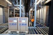 Bei dem Zuger Industrieunternehmen V-Zug - hier ein Bild aus der Produktion - müssen die Mitarbeiter ab März länger arbeiten. (Bild Stefan Kaiser)