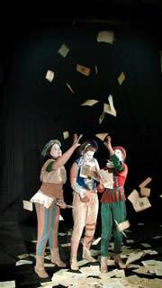 Auf ihrer Reise durch die Zeit nehmen die Narren das Publikum mit ins Archiv. (Bild: Videostills/PD)