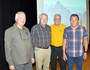 Freude über den neuen Wanderführer herrscht bei Fotograf Markus Ziegler und Autor Klaus Odermatt wie auch beim alten und neuen Präsidenten der Nidwaldner Wanderwege, Bruno Weber und Hans Graber (von links). (Bild Romano Cuonz)