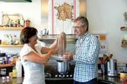 Alexandra Townend und Maurizio Genoni bereiten in ihrer Familienküche einen Polpo alla Bruna (Tintenfisch) zu. (Bild: Romano Cuonz)