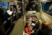 Pendler im Schnellzug unterwegs von Luzern nach Zürich. (Bild Roger Grütter)