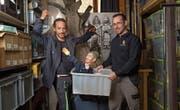 Regisseur Matteo Schenardi (links) und Mario Burkart, Präsident der Marionettenbühne Gelb-Schwarz, präsentieren die Marionette und Hauptfigur Joder aus dem Krippenspiel von Heinrich Danioth. B (Bild: ild: Angel Sanchez (Altdorf, April 2017))