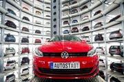 Bei Fahrzeugen, die in die Schweiz eingeführt werden, gibt es keine technische Abnahme.Auf dem Bild: VW-Autostadt in Wolfsburg. (Bild: Epa / Sebastian Kahnert)