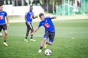 Mit Spass dabei: Francisco Rodriguez (am Ball) gestern in seinem ersten FCL-Training, beobachtet von François Affolter (links) und Sally Sarr. (Bild Manuela Jans- Koch)
