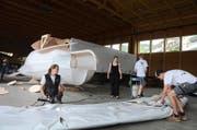 Ein Team von Holzbautechnik Burch baut am Fluggerät für den Red-Bull-Flugtag. (Bild Martin Uebelhart)