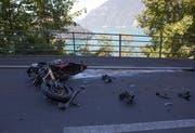 Das Motorrad wurde beim Aufprall stark beschädigt. (Bild: Geri Holdener, Bote der Urschweiz)