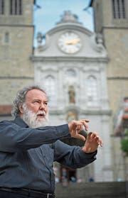 Schätzt als Musiker wie in der Kirche die Begegnungen mit anderen Menschen: Wolfgang Sieber (63) vor der Hofkirche Luzern. (Bild: Corinne Glanzmann (10. Juli 2017))