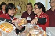 Die Co-Leiterinnen Franziska Preisig (links) und Ursula Widmer stellen das Brot bereit. (Bild Matthias Piazza)