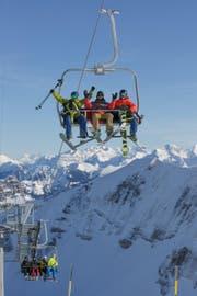 Den Gästen scheint der neue Komfort der Sesselbahn zu gefallen. (Bild: Bergbahnen Sörenberg AG)