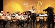 Violinisten Naemi Dal Farra (stehend) und das Orchester überzeugten das Publikum. (Bild: PD (Erstfeld, 5. 11. 17))