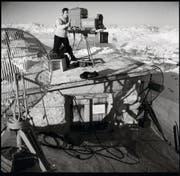 Anlässlich einer Eurovisions-Sendung aus Graubünden schlug das Schweizer Fernsehen 1955 mit einer Übertragung vom Weissfluhjoch aus 2800 Metern über Meer einen Höhenrekord. Gezeigt wurden das Alpenpanorama und ein Lawinenhund bei der Arbeit. (Bild: SRG)