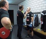 Bruder Xhavit (Mitte) stimmt Tefik Bajrami in der Garderobe auf den bevorstehenden Kampf ein.