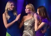 """Heidi Klum mit zwei Kandidatinnen ihrer Sendung """"Germany's Next Topmodel"""" im Jahr 2014. (Bild: EPA/HENNIG KAISER)"""