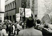 Demonstranten versuchten in der Nacht vom 4. Januar 1969 die Polizeiwache zu stürmen. Später nummerierten die Ermittler identifizierte Teilnehmer auf den originalen Fahndungsbildern. (Bilder: Stadtarchiv/Staatsarchiv Luzern)