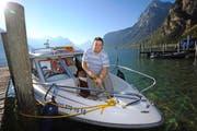 Peter Klein legt sein Boot an. Er gehört zu den wenigen in der Schweiz, die einen professionellen Taxidienst auf See anbieten.Bild: Urs Hanhart (Flüelen, 30. September 2016)